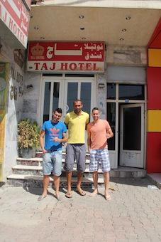 Os jogadores Flávio, Fábio e Maurício, na porta de seu hotel em Zakho